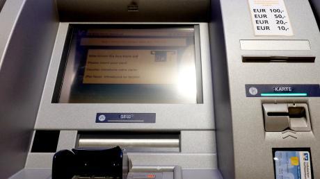 Einen Geldautomaten wollten Unbekannte in Schrobenhausen ausrauben. Doch sie scheiterten.
