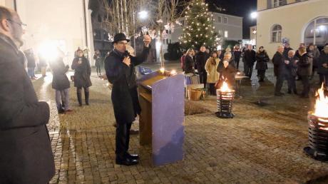 Stadtpfarrer Simon Stegmüller erhob beim Neujahrsempfang der Pfarreiengemeinschaft Burgau sein Glas auf ein gesundes und segensreiches neues Jahr. Links: Burgaus evangelischer Pfarrer Peter Gürth.