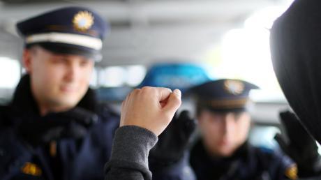 Polizeibeamte sowie weitere Einsatzkräfte erfahren in den vergangenen Jahren zunehmend mehr Respektlosigkeit bis hin zur Gewalt.
