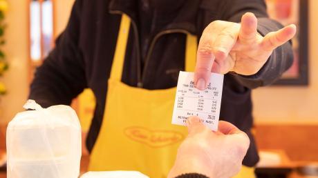 """Am Günzburger Wochenmarkt gibt es für die Kunden für jeden Einkauf einen Beleg, falls es sich um eine elektronische Kasse handelt. Die """"offenen Kassen"""" der Markthändler können diesen auch ausstellen, müssen dies aber noch nicht. Den Kassenbon gibt es am Käse-Stand von Manfred Schierle aus Zöbingen seit Jahren automatisch dazu."""