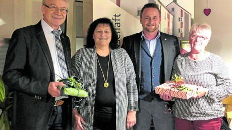Wilhelm Schuster (links) und Ursula Baumer (rechts) wurden von Anna Nagat und Vorstand Marco Schnabel verabschiedet.