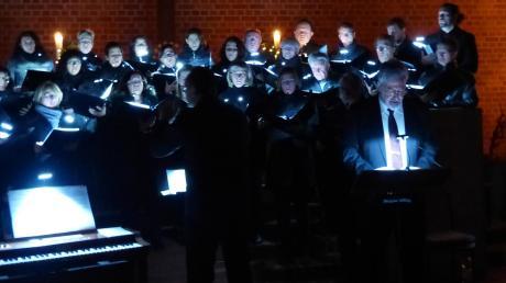 """""""Augsburger Weihnacht"""" in der Christuskirche Burgau. Geschrieben und gelesen von Peter Dempf, musikalisch begleitet von der Chorwerkstatt Burgau unter der Leitung von Markus Putzke."""