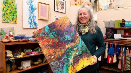Sibylle Benkißer betreibt die Kreativstube in der Hofgasse in Günzburg. Dort verkauft sie in Kommission künstlerisch gestaltete Werke – wie dieses Bild, das zu ihren Lieblingen gehört. Es ist mit einer speziellen Acryl-Fließtechnik, dem sogenannten Acrylic Pouring, entstanden.