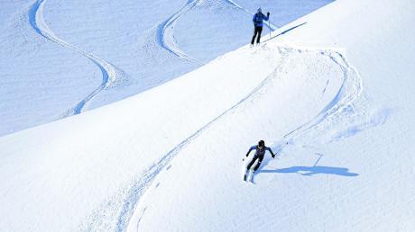 Spuren in den frischen Neuschnee ziehen gehört zu den schönsten Ski-Erlebnissen im gesicherten Gelände.