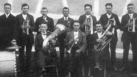 1922, zwei Jahre nach der offiziellen Gründung des Musikvereins Rieden entstand dieses älteste erhaltene Foto der Kapelle.