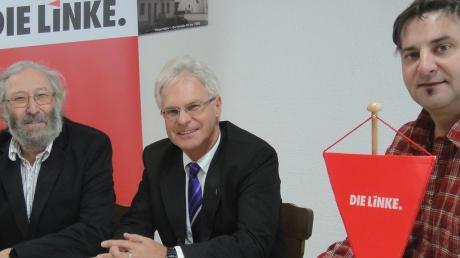 Linke-Kreisvorsitzender Stefan Balkheimer (rechts) und Kreisvorstandsmitglied Martin Lechler (links) haben am Freitag bekannt gegeben, wer wo für die Partei im Landkreis Günzburg kandidiert. Dabei war auch Landratskandidat Rudolf Ristl, der eigentlich unter der Flagge der Piraten segelt.