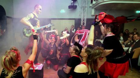 Als harte Rocker präsentierten sich die acht ehemaligen Tänzerinnen und ein Tänzer der Burgavia in der Kapuziner-Halle.