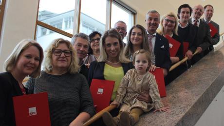 Beim Neujahrsempfang der SPD Günzburg im Forum wurden mehrere langjährige Mitglieder von Oberbürgermeister Gerhard Jauernig (Fünfter von rechts) und der stellvertretenden Ortsvorsitzenden Petra West (Vierte von links) ausgezeichnet – unter ihnen war auch Alt-OB Rudolf Köppler (Zweiter von rechts).