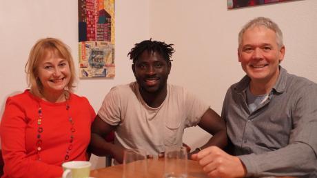 Evelyn Söll (von links), Kaume Konte und Jürgen Söll haben gut lachen. Konte hat seine Gesellenprüfung bestanden und die erste eigene Wohnung in Offingen gefunden. Zurück in den Senegal möchte Konte erst, wenn er sich noch mehr für ein gutes Leben in der Heimat aufgebaut hat.