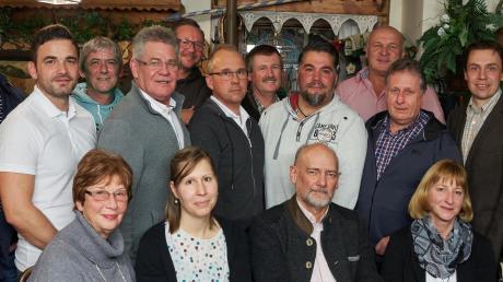 Das sind die CSU-Kandidaten für die Kommunalwahl im März: Gerhard Sobczyk (sitzend in der Mitte) möchte neuer Bürgermeister von Bubesheim werden.