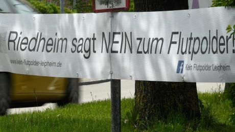 Mit Bannern und anderen Aktionen protestierte die Interessensgemeinschaft gegen den geplanten Flutpolder bei Leipheim.
