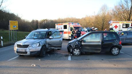 Die Fahrer der beiden Autos wurden mittelschwer verletzt.
