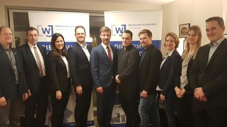 Christoph Ost (Fünfter von links) ist der neue Vorsitzende der Wirtschaftsjunioren Günzburg. Seine beiden Stellvertreter sind Daniel Kehrle und Ferdinand Birzele (Fünfter beziehungsweise Vierter von rechts).
