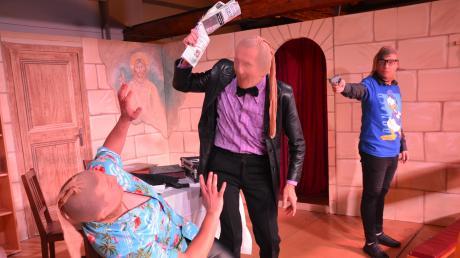 Das actionreiche Spiel der Schwabenbühne begeisterte das Illertisser Premierenpublikum. Beispielsweise dann, wenn sich die Gangster Luigi, Jack und Nick gegenseitig die Schuld am missglückten Bankraub zuschieben.