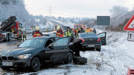 Bei einer Massenkarambolage auf der Autobahn bei Günzburg sind mehrere Menschen verletzt worden.