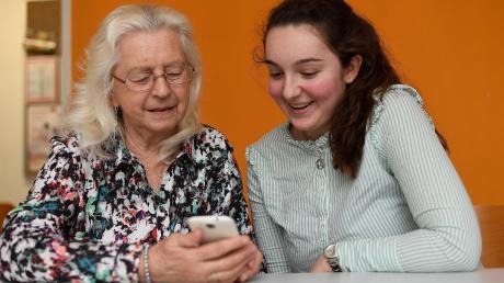 In der Seniorenhandysprechstunde im Mehrgenerationenhaus Leipheim erklären junge Menschen älteren, wie die Anwendungen der modernen Smartphones funktionieren. Hier beantwortet die 17-jährige Schülerin Leonie Wagner aus Günzburg die Fragen der 74-jährigen Renate Krüger aus Offingen.