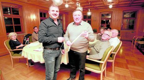 Bei der Sitzung am Mittwoch waren es 100, heute sind es noch 98 Tage, in denen Georg Holzinger (rechts) Bürgermeister ist. Am Maßband, das Dritter Bürgermeister Martin Erber übergab, darf er jeden Tag einen Zentimeter abreißen.