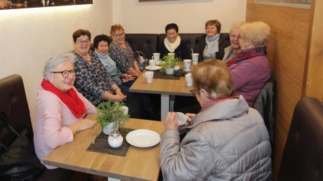 Im neuen Café des Dorfladens Ettenbeuren treffen sich einheimische Frauen zum gemütlichen Donnerstags-Treff.