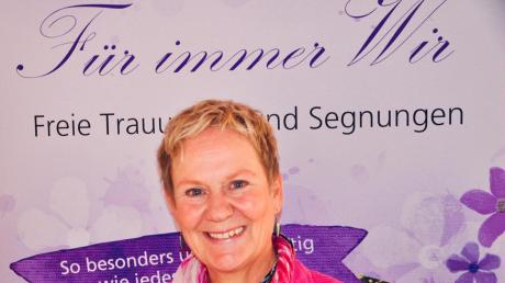 Ruth Mayrhofer ist freie Traurednerin und informiert über ihr Angebot an diesem Sonntag während der Hochzeitsmesse in Bubesheim.