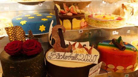 Süße Torten warteten im kühlen Foyer auf ihre Gewinner. Aber nicht jeder sahnte ein solches Exemplar ab.