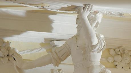 Jagdgöttin Diana stützt die Stuckdecke im Festsaal des Unteren Schlosses. Dort sind kleine Partikel abgeplatzt, der Saal wurde gesperrt.