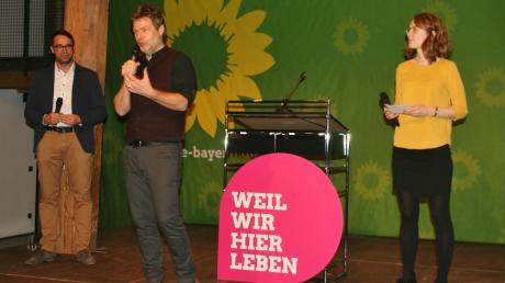 Prominente Unterstützer hatte Max Deisenhofer, der Landratskandidat der Kreis-Grünen (links), bei einer Wahlveranstaltung am Samstagabend. In den Zehntstadel Leipheim waren der Bundesvorsitzende Robert Habeck und die Landesvorsitzende Eva Lettenbauer gekommen.