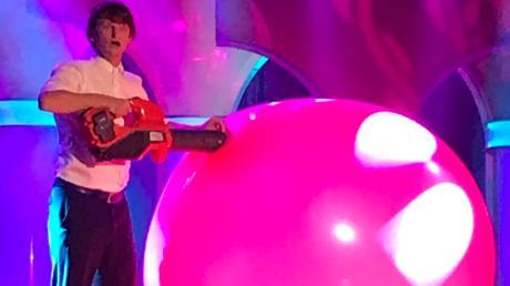 """Ballonkünstler Tobi van Deisner aus Offingen sorgte bei der Fernsehaufzeichnung von """"Schwaben weißblau"""" in Memmingen für einen Hingucker, als er mit einem Laubbläser einen rosa Ballon aufpumpte."""