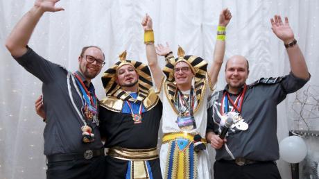 Das perfekte Dream-Team: Manuel Weh (links) und Benjamin Reisch (rechts) als Moderatoren zusammen mit den Burgauer Pfarrern Peter Gürth (2. von links) und Simon Stegmüller.