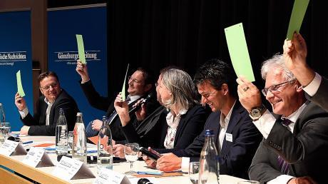 """Fünfmal Grün! Bei der Frage, ob die Europäische Union weiter bestehen soll, waren sich alle Kandidaten (von links) Gerd Mannes (AfD), Hans Reichhart (CSU), Luise Bader (SPD), Rudolf Ristl (Die Linke) und Maximilian Deisenhofer (Grüne) einig. In der sogenannten """"Mischmasch""""-Kategorie konnten die Kandidaten durch das Heben einer grünen Karte (Zustimmung) oder roten Karte (Ablehnung) antworten, ohne selbst etwas sagen zu müssen. Nachfragen stellten dann die Moderatoren."""
