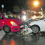 Zwei Autos sind an der Abzweigung Jedesheim der Staatsstraße 2018 zusammengestoßen.