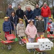 Kinder des Kinderhauses Hagenweide präsentieren, wie der neue Kindergarten aussehen wird.