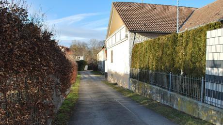 Diese schmale Verbindungsstraße zwischen Raiffeisenstraße und Schlossstraße in Kleinkötz soll nur noch für den Anliegerverkehr geöffnet sein, wünscht ein Bürger.