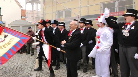 Mit der Übergabe der Fahne gehört das Jettinger Rathaus seit Sonntag der Burkhardia. Bürgermeister Hans Reichhart (rechts vor der Fahnenstange) und Burkhardia-Präsident Max Behrendt (ganz rechts) hatten sich einiges zu sagen.