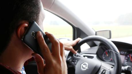 Das Smartphone am Ohr, die andere Hand am Lenkrad: Viele Autofahrer kümmern sich nicht darum, dass Telefonieren am Steuer verboten ist. Die Polizei sieht steigende Unfallzahlen darin begründet.