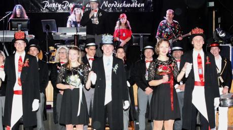 Die drei Fähnriche der Burkhardia eröffneten mit ihren Fähnrichsbräuten am Sonntag in der Jettinger Turn- und Festhalle den traditionellen Fähnrichsball.