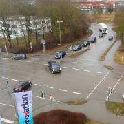 So sieht der Blick von oben auf die Kreuzung Augsburger Straße und Tulpenstraße sowie das sogenannte Polizeiohr in Günzburg aus. Der stark befahrene Verkehrsknotenpunkt soll in den nächsten Monaten umgebaut werden.