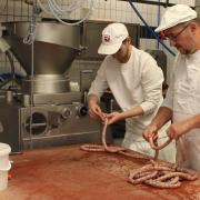 Sohn Johannes und Vater Markus Kramer bei der Herstellung von Pfefferbeißern. Dass sich zwei der drei Söhne der Kramers für den Metzgerberuf entschieden haben, ist ungewöhnlich. Denn immer weniger junge Leute wollen handwerklich arbeiten. Auch an der Theke fehlt es an Personal.