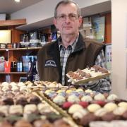 Gerhard Kleebaur betreibt seit mehr als fünf Jahren ein Feinkostgeschäft in Reisensburg. Am Günzburger Marktplatz eröffnet er nun sein zweites Geschäft, wo er auch Pralinen, Liköre und vieles mehr verkauft.