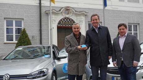 Walter Casazza (Mitte), Geschäftsführer der Stadtwerke Augsburg, übergibt Oberbürgermeister Gerhard Jauernig (links) und Klimaschutzmanager Roman Holl die erste Kundenkarte für das Carsharing in Günzburg.