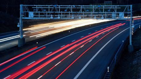 """Die Langzeitbelichtung macht den steten Verkehrsstrom auf der A 8 deutlich. Ähnliche """"Brücken"""" wie diese sollen an der Autobahn entstehen. Dann geht es aber nicht um die Registrierung von Lastwagen, sondern um die Beeinflussung des Verkehrs aus ganz verschiedenen Beweggründen."""