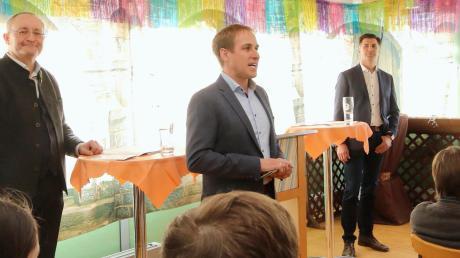 Am Sonntag standen sich die beiden Dürrlauinger Bürgermeisterkandidaten Christian Ramin (links) und Friedrich Bobinger (rechts) in einer Diskussion gegenüber. Moderator war Markus Mader, Mitglied des Dürrlauinger Gemeinderats.