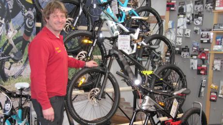 Weit über 100 E-Bikes präsentiert Günter Laure neben seinen Motorrädern im 300 Quadratmeter großen Ausstellungsraum.