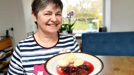Rita Wiedemann präsentiert ihre leckere Süßspeise: Quarkknödel mit Zwetschgenkompott