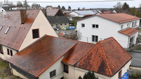 Im Jugendheim in Kötz (links) ist derzeit noch der Hort untergebracht. Noch im Frühjahr soll der neue Standort auf der anderen Straßenseite bezogen werden, das sagte Bürgermeister Ernst Walter.