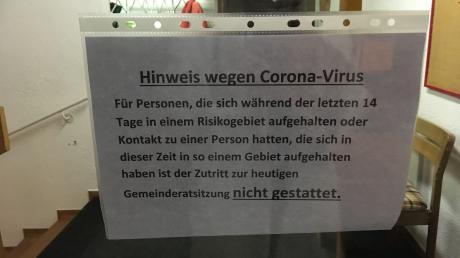 Einen Hinweis wegen des Corona-Virus gab es zur Gemeinderatssitzung an der Rathaustür in Bubesheim.