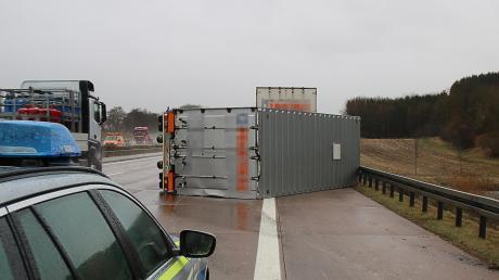 Der Anhänger eines Lastwagens ist auf der Autobahn bei Limbach umgekippt.