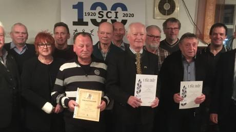 Auf der Generalversammlung des SC Ichenhausen übernahm Bürgermeister Robert Strobel (rechts) die Ehrungen für langjährige Vereinsmitgliedschaften.