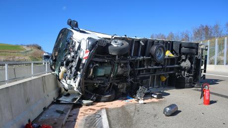 Mehrere Stunden waren Rettungskräfte am Freitag auf der A8 mit der Bergung der Unfallfahrzeuge und den Reinigungsarbeiten beschäftigt.