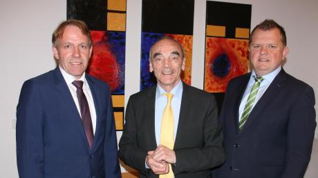 Christoph Böhm (links) wird neuer Bürgermeister in Jettingen-Scheppach. Er hat sich gegen Michael Fritz (rechts) durchgesetzt. In der Mitte: der bisherige Bürgermeister Hans Reichhart.