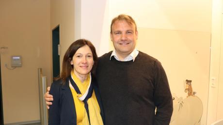 Der Wahlsieger Thorsten Wick mit seiner Ehefrau Carina nach der Veröffentlichung der Ergebnisse der Bürgermeisterwahl im Rathaus der Gemeinde Kammeltal.